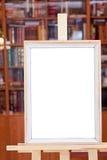 Белая холстина простой картинной рамки на мольберте в архиве Стоковое Изображение RF