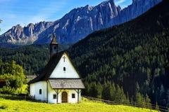 Белая церковь в доломитах, Италия Стоковая Фотография RF