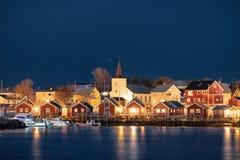 Белая церковь в рыбацком поселке на береговой линии вечером стоковые изображения