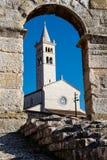 Белая церковь и стародедовский римский амфитеатр Стоковые Фото