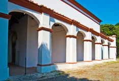 Белая церковь с сводами и отделками красного кирпича Стоковые Фотографии RF