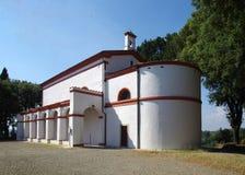 Белая церковь с сводами и отделками красного кирпича Стоковое Изображение RF
