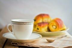 Белая чашка и свежие плюшки Стоковые Фотографии RF