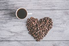 Белая чашка кофе на сером деревянном столе иллюстрация вектора