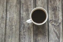 Белая чашка кофе на старой, деревянный стол Взгляд высокого угла Стоковая Фотография RF