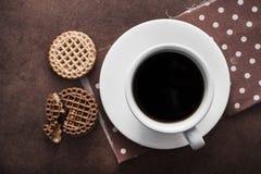 белая чашка кофе с печеньями шоколада Стоковые Изображения
