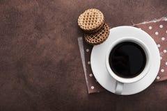 белая чашка кофе с печеньями шоколада Стоковые Изображения RF