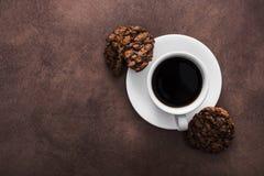 белая чашка кофе с печеньями шоколада Стоковое Изображение