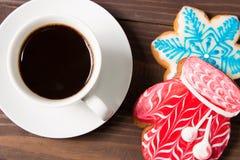 Белая чашка с горячим пряником питья и рождества Стоковые Фотографии RF