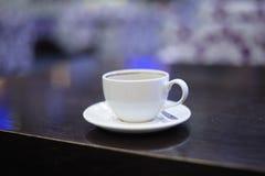 Белая чашка стоковое изображение rf