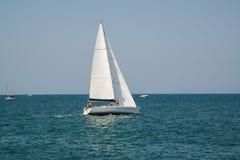 Белая яхта в открытом лазурном море около курорта Римини, Ita стоковые изображения rf