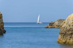 Белая яхта плавания стоковая фотография