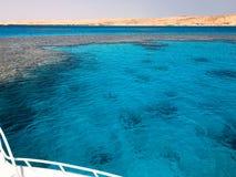 Белая яхта, шлюпка, корабль на варенье, автостоянке, ставя на якорь в море, океан с ясной голубой соленой водой с дном co стоковая фотография rf