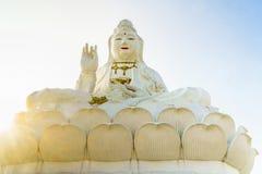 Белая guan скульптура yin Chiang Rai - Таиландом стоковая фотография rf