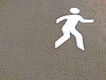 Белизна бежать или прогулки покрасила знак на парке асфальта публично Стоковые Фотографии RF