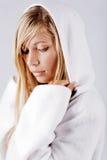 белизна белокурого клобука девушки нося Стоковые Фотографии RF