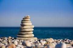 белизна берега моря камушков Стоковая Фотография
