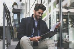 белизна бизнесмена предпосылки изолированная документом читая Стоковое фото RF