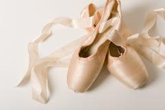 белизна ботинка балета предпосылки Стоковое Изображение RF