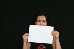белизна бумаги удерживания девушки Стоковое фото RF
