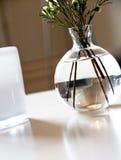 белизна вазы таблицы Стоковые Фото