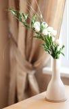 белизна вазы цветков Стоковое Фото