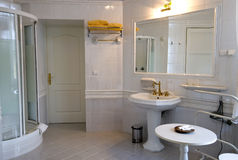 белизна ванной комнаты стоковое фото
