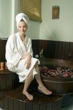 белизна вертикали девушки bathrobe нося Стоковые Изображения RF