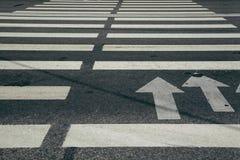 Белизна взгляда перспективы Crosswalk на дороге стоковые изображения rf
