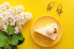 белизна губки предпосылки изолированная тортом Стоковые Фото