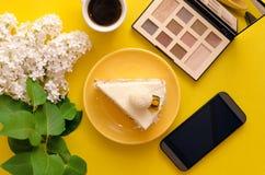 белизна губки предпосылки изолированная тортом Стоковое фото RF