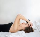 белизна девушки кровати стоковое изображение rf