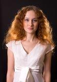 белизна девушки платья с волосами красная стоковое фото