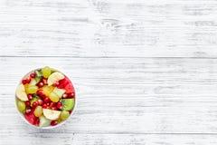 белизна диетпитания принципиальной схемы изолированная плодоовощ Фруктовый салат с яблоком, кивиом и гранатовым деревом в шаре на стоковые фотографии rf