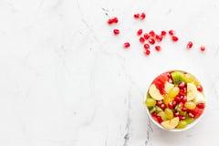 белизна диетпитания принципиальной схемы изолированная плодоовощ Фруктовый салат с яблоком, кивиом и гранатовым деревом в шаре на стоковые фото