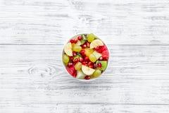 белизна диетпитания принципиальной схемы изолированная плодоовощ Фруктовый салат с яблоком, кивиом и гранатовым деревом в шаре на стоковое фото rf