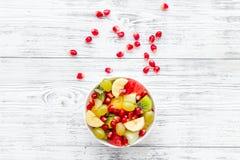 белизна диетпитания принципиальной схемы изолированная плодоовощ Фруктовый салат с яблоком, кивиом и гранатовым деревом в шаре на стоковая фотография