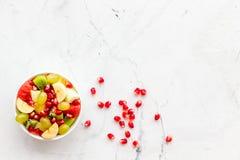 белизна диетпитания принципиальной схемы изолированная плодоовощ Фруктовый салат с яблоком, кивиом и гранатовым деревом в шаре на стоковое изображение