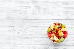 белизна диетпитания принципиальной схемы изолированная плодоовощ Фруктовый салат с яблоком, кивиом и гранатовым деревом в шаре на стоковое изображение rf