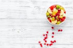 белизна диетпитания принципиальной схемы изолированная плодоовощ Фруктовый салат с яблоком, кивиом и гранатовым деревом в шаре на стоковые изображения rf