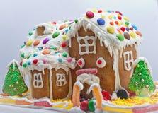 белизна дома gingerbread изолированная Стоковая Фотография