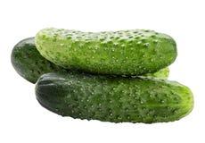 белизна еды огурца предпосылки свежая зеленая изолированная вегетарианская Путь клиппирования Стоковые Фотографии RF