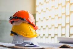 Белизна, желтый цвет и оранжевая трудная шляпа безопасности стоковое изображение rf
