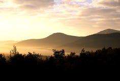 белизна захода солнца гор Стоковое Изображение