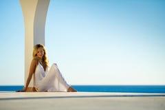 белизна захода солнца моря девушки 3 платьев Стоковое Изображение