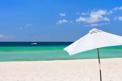 белизна зонтика пляжа Стоковое фото RF