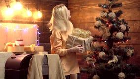 белизна изоляции подарков рождества Шальная женщина рождества Выражение лица эмоции С Рождеством Христовым и с новым годом видеоматериал