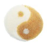 Белизна и желтый сахарный песок в форме Yin Yang Стоковые Изображения RF