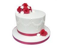 Белизна и красный украшенный торт свадьбы или годовщины стоковое изображение