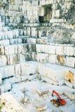 белизна карьера carrara Италии мраморная Стоковые Изображения RF